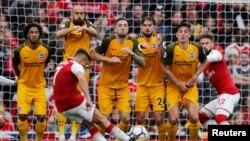 Alexis Sanchez d'Arsenal exécutant un coup franc lors de la rencontre contre Brighton, en Premier League, Londre le 1er Octobre 2017REUTERS/Eddie Keogh