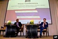 Rohana Nishanta Hettiarachchie (kiri), sekretaris jenderal Jaringan Asia untuk Pemilihan Bebas (ANFREL) menyaksikan Amael Vier, pengurus program Peningkatan Kapasitas (kanan), dalam konferensi pers untuk mengakhiri pemantauan pemilihan mereka di Bangkok.
