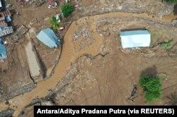 Foto udara menunjukkan jalan rusak akibat banjir bandang pasca hujan deras di Flores Timur, Nusa Tenggara Timur, 6 April 2021. (Foto: Antara/Aditya Pradana Putra via REUTERS)