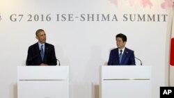 바락 오바마 미국 대통령(왼쪽)과 아베 신조 일본 총리가 25일 일본 시마 시에서 공동기자회견을 하고 있다.