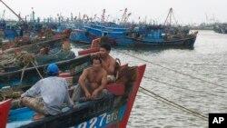 Ngư dân Việt trên tàu đánh cá ở Đà Nẵng.