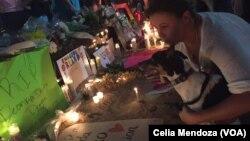 총기 난사 사건이 발생한 미국 플로리다주 올랜도의 나이트클럽 앞에 설치된 임시 추모 공간에 13일 애도객들의 발길이 이어지고 있다.