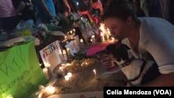 Des passants rendent hommage aux victimes d'Orlando après le massacre dans une boîte de nuit le 12 juin 2013 en Floride, États-Unis.