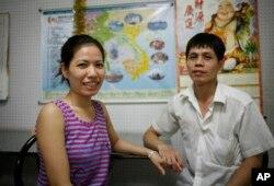 Chị Chen Shih Mei-ying, (trái), người Việt Nam, kết hôn với anh Lin Wen-jui, một đầu bếp người Đài Loan.