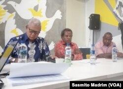 Tim Kemanusiaan Nduga yang terdiri dari Pater Jhon Jongga (kanan), Theo Hesegem (tengah), Pendeta Esmon Walilo (kiri) saat menggelar konferensi pers di Kantor Amnesty Internasional Indonesia, Jakarta, Rabu, 14 Agustus 2019. (Foto: Sasmito Madrim/VOA)