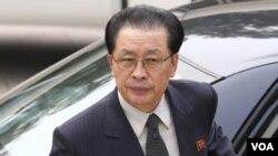ທ່ານ Jang Song Thaek ອາວ ຂອງຈອມຜະເດັດການ Kim Jong Un ຖືກປົດຕໍາແໜ່ງ ແລະຂັບໄລ່ອອກຈາກໜ້າທີ່.