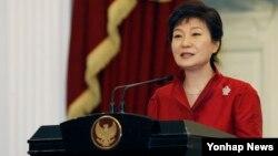 박근혜 한국 대통령이 12일 인도네시아 대통령궁에서 수실로 밤방 유도유노 대통령과 공동 기자회견을 가졌다. (자료사진)