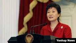 Tổng thống Nam Triều Tiên Park Geun Hye. Báo Guardian của Anh đưa tin rằng cơ quan NSA đã theo dõi các cuộc điện đàm của 35 nhà lãnh đạo thế giới, dựa trên một tài liệu kín do Edward Snowden cung cấp.