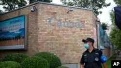 Seorang petugas keamanan mengenakan masker di luar Kedutaan Kanada di Beijing, China, di tengah pandemi Covid-19, 6 Agustus 2020.