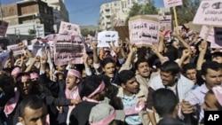 ພວກປະທ້ວງໃນເຢເມນ ພາກັນຮ້ອງຄຳຂວັນຕໍ່ຕ້ານລັດຖະບານ ໃນລະຫວ່າງການໂຮມຊຸມນຸມ ທີ່ນະຄອນຫຼວງ Sana'a ຮຽກຮ້ອງໃຫ້ສິ້ນສຸດ ການປົກຄອງຂອງປະທານາທິບໍດີ Abdullah Saleh (27 ມັງກອນ 2011)