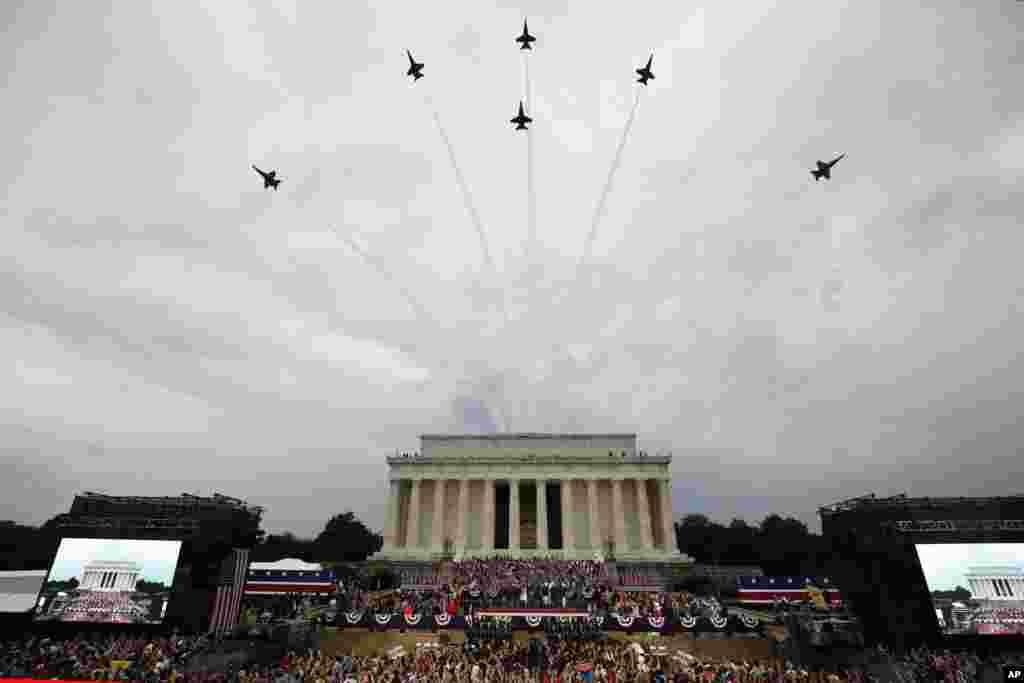 海军蓝天使特技飞行队的飞机飞过林肯纪念堂上空。(2019年7月4日)