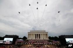 پرواز هواپیماهای نیروی هوایی آمریکا بر فراز بنای یادبود لینکلن در مراسم روز استقلال