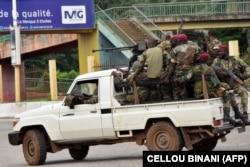 Les forces armées de Guinée traversent le quartier administratif de Kaloum à Conakry, le 5 septembre 2021.