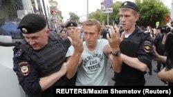 Policija privodi Alekseja Navalnog u Moskvi (Foto: REUTERS/Maxim Shemetov)