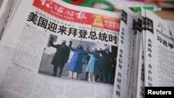 Một quầy báo ở Bắc Kinh với trang bìa báo Global Times - báo nhà nước TQ, in ảnh tân Tổng thống Mỹ Joe Biden và Phó TT Kamala Harris. (Reuters/Thomas Peter)