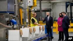美国总统拜登在密歇根州长惠特默和白宫新冠疫情响应协调员齐恩茨陪同下参观密歇根州的辉瑞疫苗制造厂。(2021年2月19日)