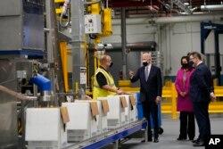 Presiden Joe Biden mengunjungi tempat pembuatan vaksin COVID-19 Pfizer, di Portage, Michigan, Jumat, 19 Februari 2021.