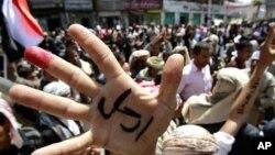 د یمن یو مطرح جنرال له مظاهره چیانو سره یو ځای شوی