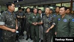 이왕근 한국 공군참모총장(앞줄 오른쪽 두번째)이 16일 오후 취임 후 처음으로 경기도 평택 공군작전사령부를 방문해 군사대비태세를 점검하고 있다.