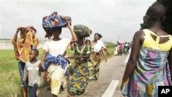 Des habitants du quartier Abobo d'Abidjan fuyant les combats