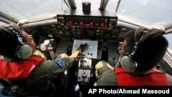10일 말레이사 보잉 777 여객기 실종 지점 부근에서, 인도네시아 해군기가 수색 작업에 투입됐다.