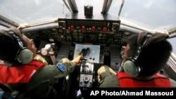 인도네시아 해군 조종사들이 말라카 해협 근처에서 태국 접경 해역에서 추락된 말레이시아 항공 보잉 777에 대한 검색작업을 수행하고 있다.