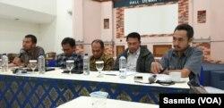Anggota Dewan Pers Agung Dharmajaya bersama perwakilan AJI, IJTI dan LBH Pers saat menggelar konferensi pers soal penolakan revisi sejumlah pasal UU Pers di RUU Cipta Kerja di Jakarta, Selasa, 18 Februari 2020. (Foto: VOA/Sasmito)