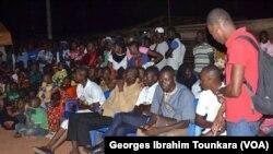 Des jeunes lors d'une séance de sensibilisation sur le danger de l'immigration clandestine à Daloa, Côte d'Ivoire, septembre 2017. (VOA/ Georges Ibrahim Tounkara)