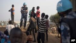 Lực lượng gìn giữ hòa bình Liên Hiệp Quốc đứng bên các trẻ em mất nhà cửa cạnh một căn cứ của Liên Hiệp Quốc ở thủ đô Juba ngày 19 tháng 1 năm 2016.