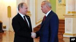 Islom Karimov, Vladimir Putin Moskvada ko'rishmoqda. 8-may, 2015-yil.
