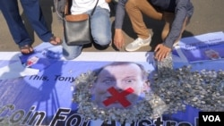 Aksi pengumpulan koin untuk Australia (VOA/Andylala Waluyo)