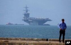 ກຳປັ່ນບັນ ທຸກເຮືອບິນ USS Carl Vinson ຈອດຢູ່ທ່າເຮືອຕຽນຊາ ໃນເມືອງດານັງ ຫວຽດນາມ ທີ 5 ມີນາ 2018.
