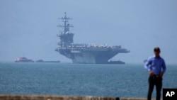 USS Carl Vinson cập cảng Tiên Sa ở Đà Nẵng.
