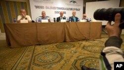 방북 노벨상 수상자들이 7일 베이징에서 기자회견을 하고 있다