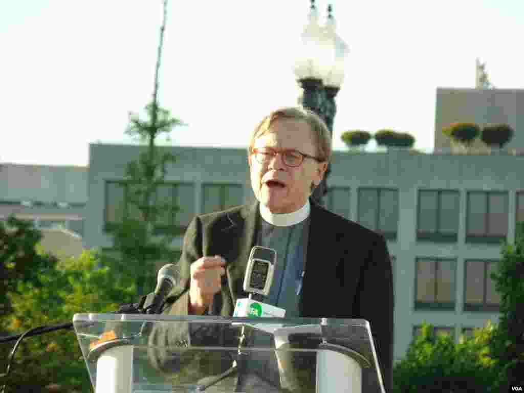 Remember June Fourth memorial prayer delivered by Pastor Gordon J. Schultz, Washington, DC, June 1, 2014. (Zhi Yuan/VOA)