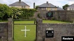 Pintu masuk di kuburan massal dekat bekas panti Katolik bagi para perempuan yang tidak menikah di kota Tuam, Irlandia barat (foto: dok).