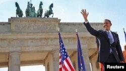 독일을 방문 중인 바락 오바마 미국 대통령이 19일 핵 안보 연설에 앞서 브란덴부르크 문 앞에서 손을 흔들고 있다.
