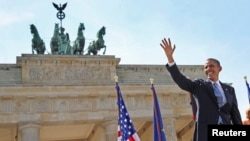 Tổng thống Obama vẫy chào trước khi đọc diễn văn tại Cổng Brandenburg ở Berlin, ngày 19/6/2013.