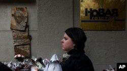 Seorang warga meletakkan bunga yang terbuat dari koran untuk menghormati wartawan Anna Politkovskaya, di luar kantor media oposisi Novaya Gazeta (7/10), dalam peringatan tujuh tahun meninggalnya wartawan media tersebut.