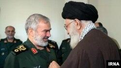 اعطای مدال توسط آیت الله خامنه ای رهبر ایران به علی فدوی فرمانده نیروی دریایی سپاه