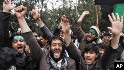 星期二在阿富汗的賈拉拉巴德﹐抗議者高呼反美口號﹐抗議美國一名士兵星期天殺害阿富汗平民