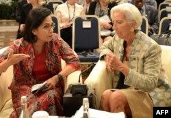 Menteri Keuangan Sri Mulyani Indrawati (kiri) bersama Direktur Pelaksana International Monetary Fund (IMF) Christine Lagarde (kanan) dalam sebuah pertemuan tahunan IMF dan Bank Dunia di Nusa Dua, Bali.