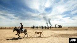 이라크 친정부 군 '하셰드 알샤비'가 ISIL로부터 재탈환한 고대도시 하트라에서 26일 피난민 당나귀를 타고 있다.