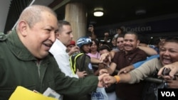 Hugo Chávez saluda a partidarios suyos durante un acto en Caracas.