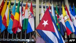 Kiba bayrağı ABŞ Dövlət Departamentində digər ölkələrin bayraqları arasında