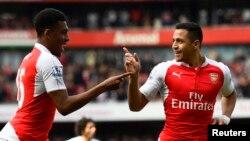 Alexis Sanchez et Alex Iwobi de l'Arsenal jubilent après un but lors du match Arsenal-Watford au championnat anglais, au stade Emirates, Londres, 4 février 2016.