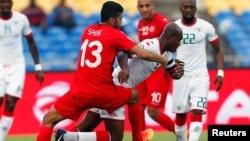 L'équipe nationale de la Tunisie, en rouge, affronte celle du Burkina lors de la Coupe d'Afrique des nations au stade de l'Amitié, à Libreville, Gabon, 28 janvier 2017.