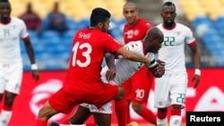 Le Tunisien Ferjani Sassi, à gauche, en lutte avec le Burkinabè Charles Kaboré à la CAN 2017, Gabon le 28 janvier 2017
