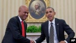 Presiden AS Barack Obama dan Presiden Haiti Michel Martelly berjabat tangan dalam pertemuan di Gedung Putih (6/2). (AP/Carolyn Kaster)