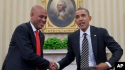 Presiden Haiti Michel Martelly berjabat tangan dengan Presiden Obama di Ruang Oval Gedung Putih di Washington, DC (6/2/2014).